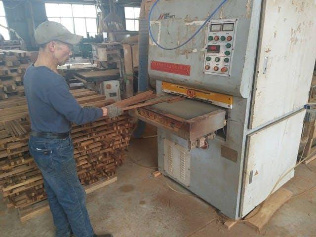 ウッドパネル アクセントウォール デザインウォール 木材磨き工程